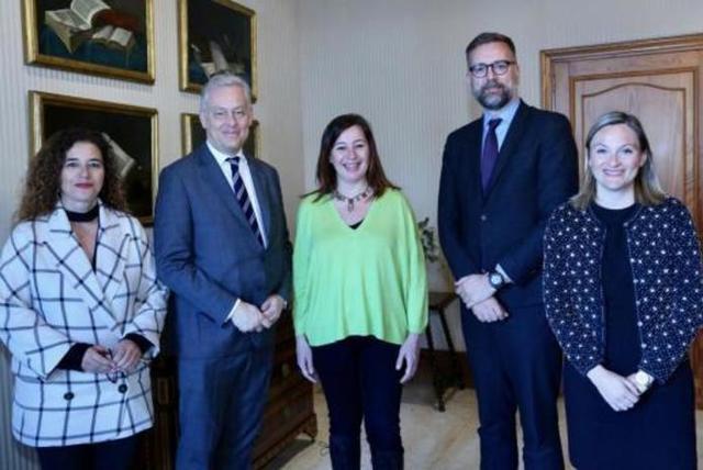 Armengol y Costa con el embajador de Reino Unido en España, Simon Manley, y otros diplomáticos (Foto: CAIB)