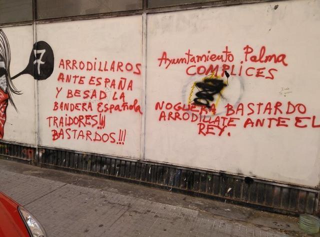 Pintadas en el exterior del Casal Popular Voltor Negre durante el pasado agosto (Foto: Twitter)