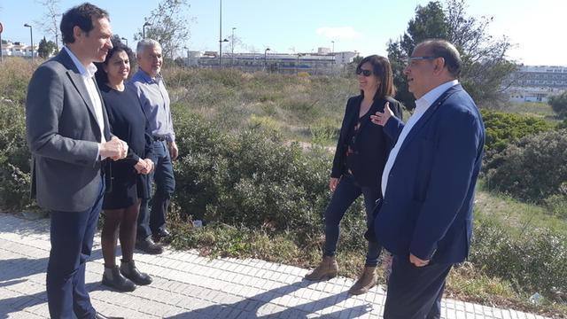 El alcalde de Calvià y el conseller de Territori, Energia i Mobilitat, han visitado el solar en el que se ubicarán las viviendas (Foto: Ayto Calvià)