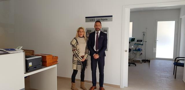 La regidora Molinillo y el alcalde Fernández, en el nuevo centro (Foto: Ayto Capdepera)
