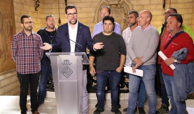 Noguera y Ferrer junto a representantes del Comité de Empresa de la EMT (Foto: EP)