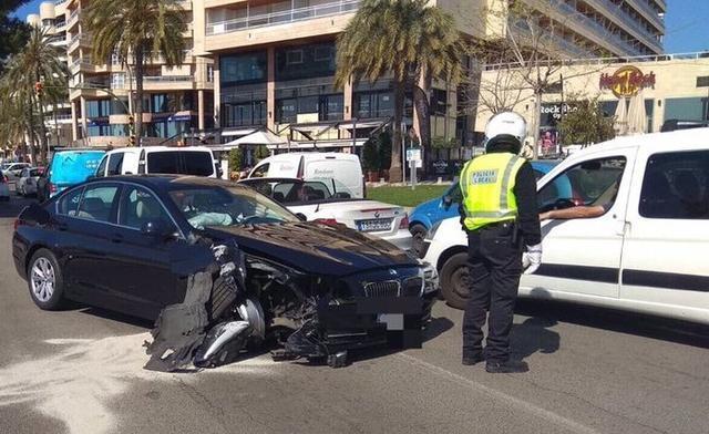 La parte frontal del vehículo ha quedado destrozada (Foto: Bombers de Palma)