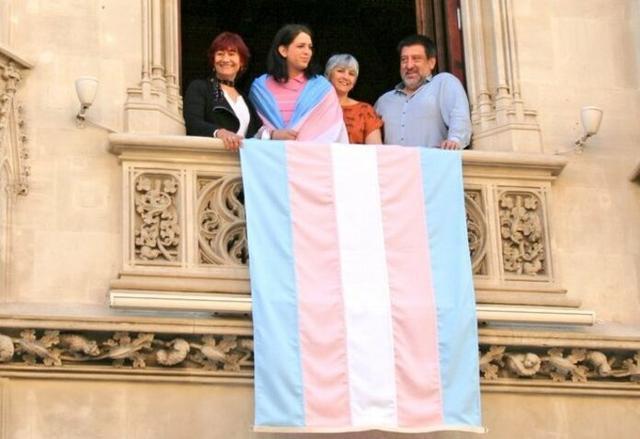 La bandera del Orgullo Transgénero ya ondea en el Consell (Foto: CIM)