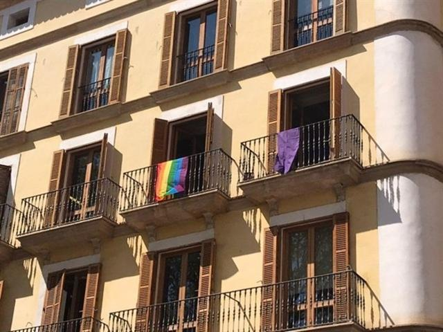 Las dos banderas que ahora lucen en el balcón de los ecosoberanistas en Cort (Foto: EP)