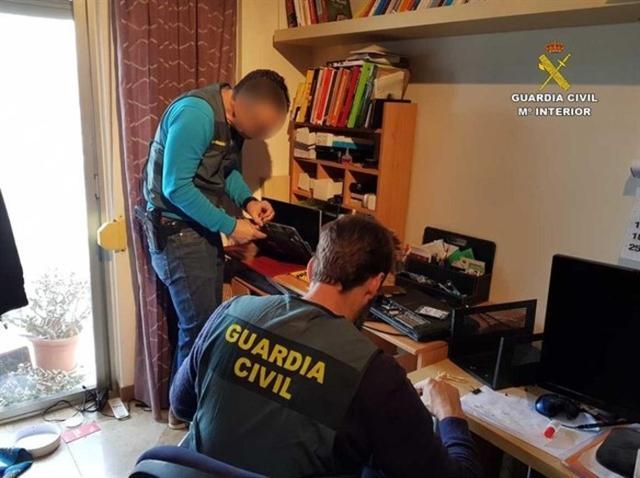Los agentes efectuando uno de los registros (Foto: Guardia Civil)