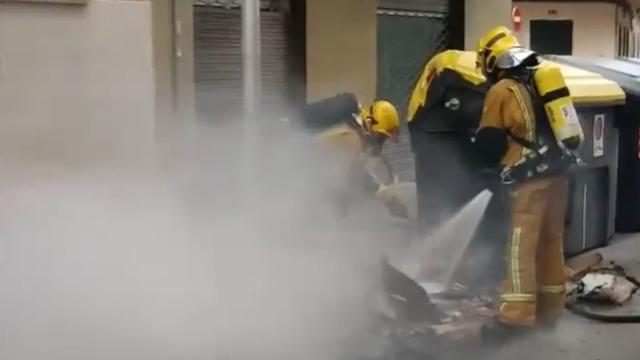 Dos bomberos extiguiendo uno de los incendios