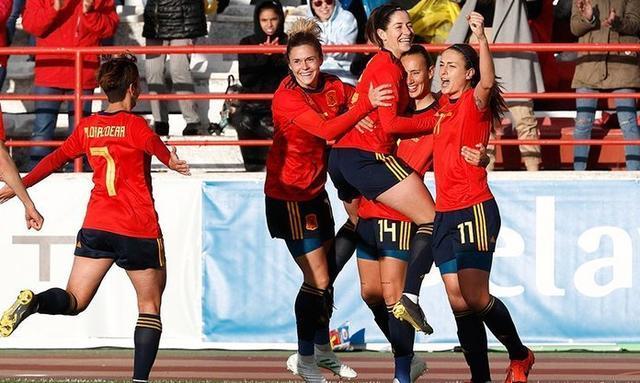 La de Cala Millor celebrando su tanto con sus compañeras (Foto: Twitter)