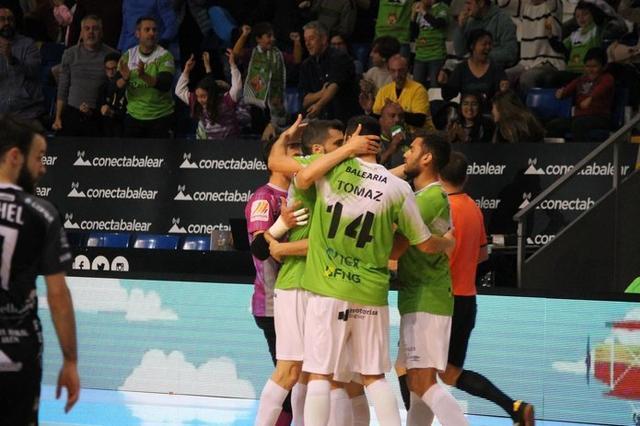 Los locales festejando una de sus ocho dianas (Foto: Palma Futsal)