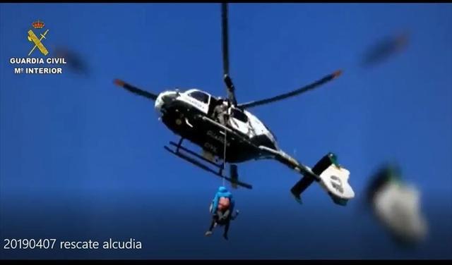 Momento del espectacular rescate (Foto: Guardia Civil)