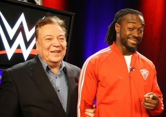 El locutor argentino junto a Kofi Kingston, actual campeón de la WWE