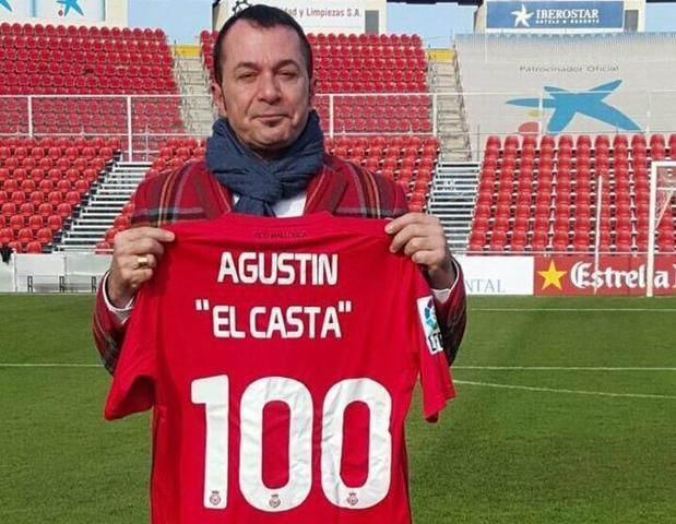 """Agustín """"El Casta"""" sujetando una camiseta con su nombre en Son Moix (Foto: Twitter)"""