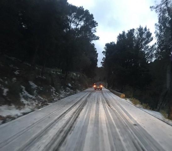Un manto blanco ha cubierto algunas carreteras de la Serra de Tramuntana (Foto: Twitter Bernat Caimari)