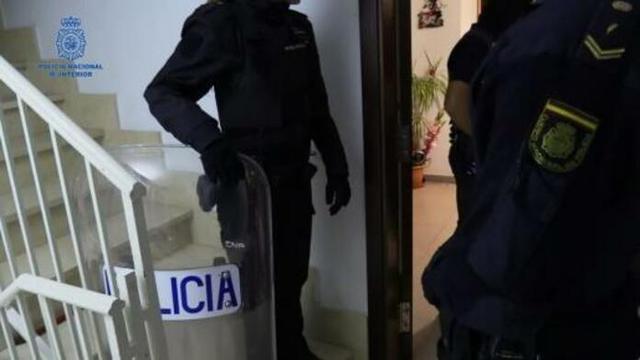 Los agentes efectuando uno de los registros (Foto: Policía Local de Manacor)