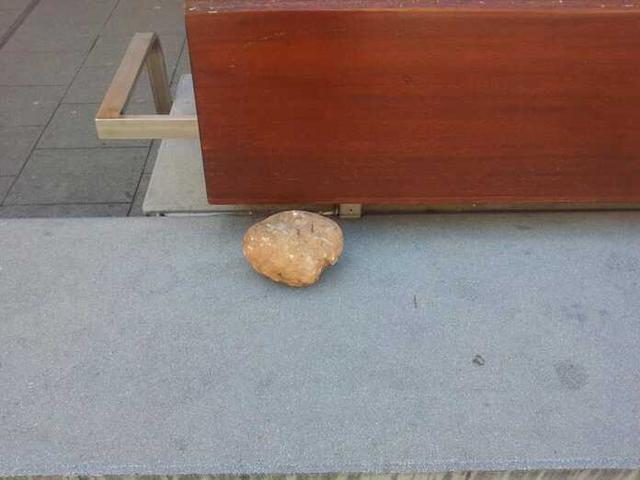 Una de las piedras lanzadas por la mujer