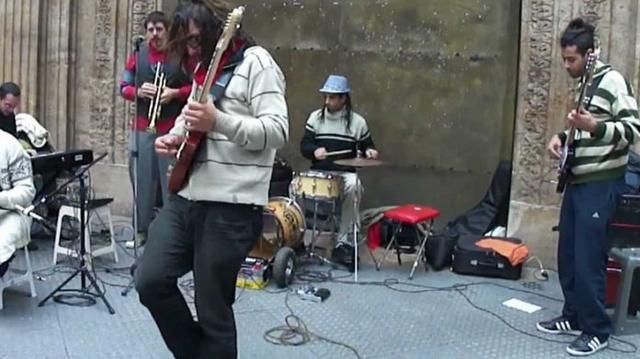 Un grupo de artistas actuando en una céntrica calle palmesana