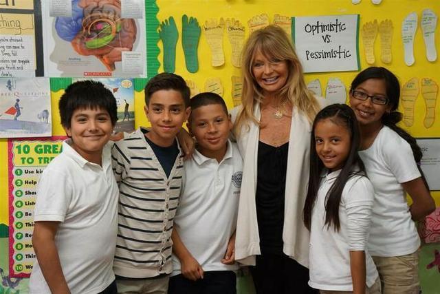 La actriz, rodeada de jóvenes estudiantes (Foto: MindUp)