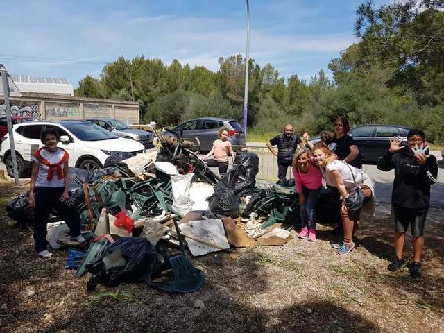 Los voluntarios que este pasado domingo limpiaron una zona de Llucmajor (Foto: Llucmajor Televisión)