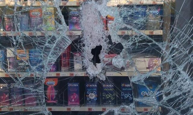 El cristal de la máquina expendedora ha sido destrozado (Foto: Twitter J.R. Bauzá)