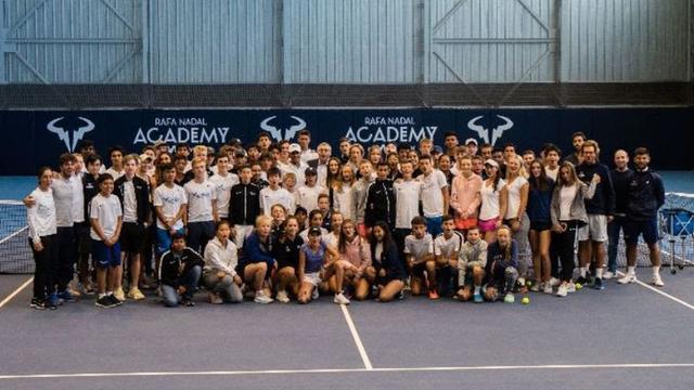 Nadal y Robinson, rodeados por los alumnos y alumnas de la Academia (Foto: Prensa Rafa Nadal)