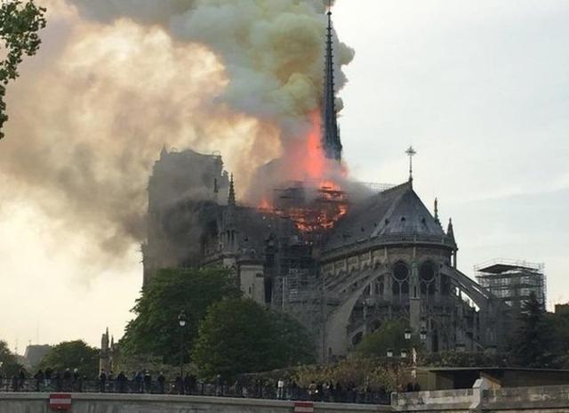 La catedral, en llamas (Foto: Twitter)
