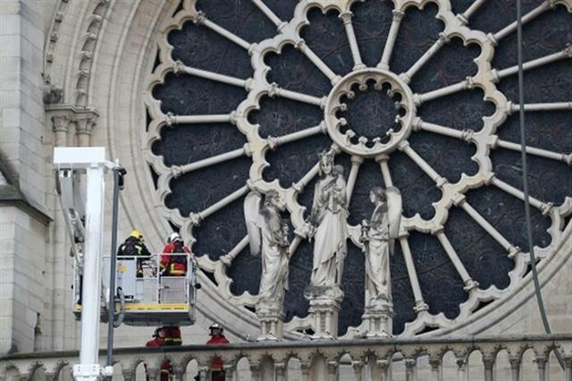 Los tres rosetones y el órgano de la catedral, a salvo de las llamas