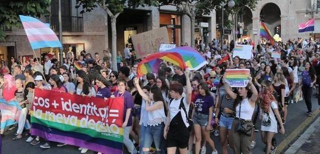 Cientos de personas celebraron el año pasado el Día del Orgullo LGTBI en Palma (Foto: EP)