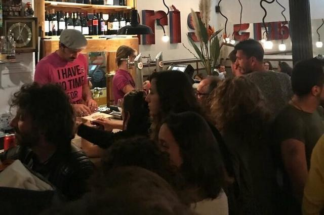 El bar Flexas se ha llenado de gente con ganas de disfrutar de un tipo de fiesta diferente a las tradicionales de estos días (Foto: Twitter)