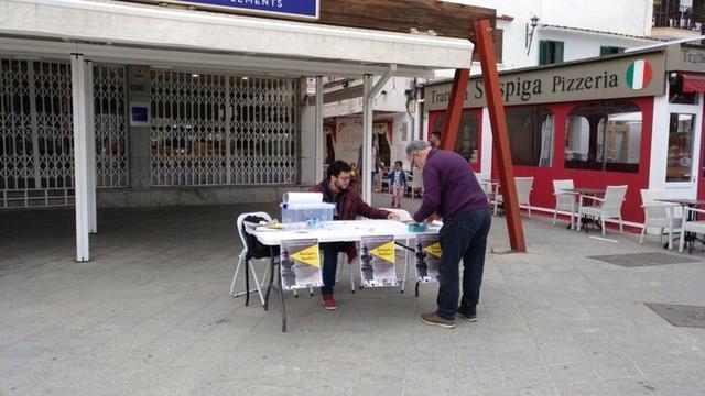 Un hombre emite su voto en uno de los dos puntos con urnas habilitados (Foto: Twitter Moviment Alcudienc)
