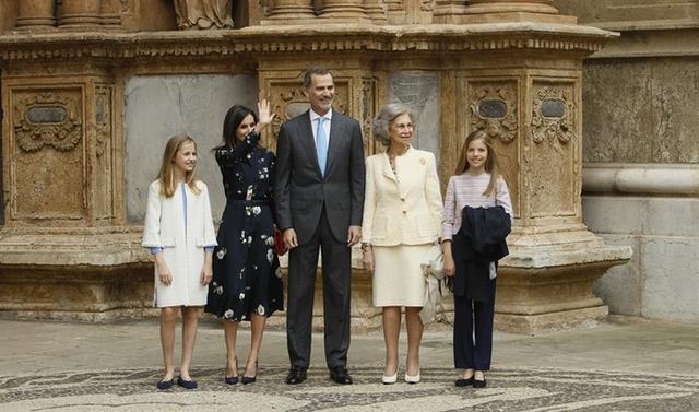 La princesa de Asturias, Leonor; la reina consorte de España, Letizia Ortiz; el Rey de España, Felipe VI, Doña Sofía; y la infanta de España, Sofía