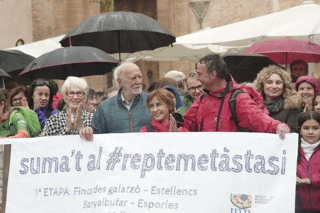 Magdalena Socias, rodeada a los suyos, en Pollença tras completar su reto (Foto: Facebook)