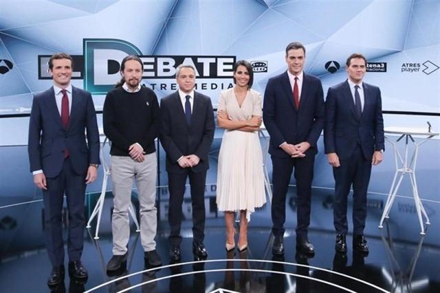 Los cuadro candidatos posando junto a los dos moderadores
