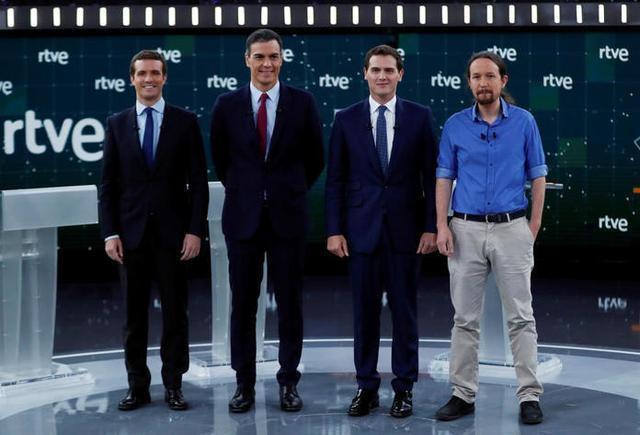 Los cuatro candidatos posando antes de iniciar el debate (Foto: Twitter)