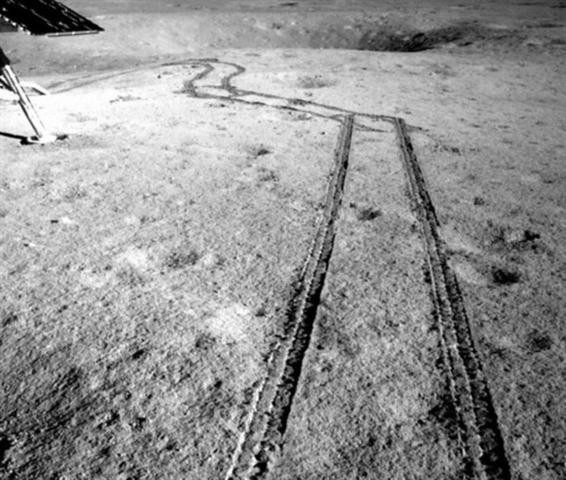 Las nuevas fotografías difundidas muestran la huella dejada por el rover en la superficie y pequeños hoyos en la superficie