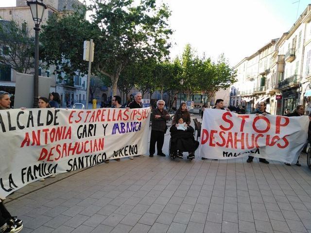 Los activistas y los afectados esta tarde en Llucmajor (Foto: Stop Desahucios)