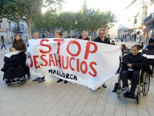 Miembros de la plataforma y de la familia afectada se concentraron este miércoles frente al Ayuntamiento de Llucmajor