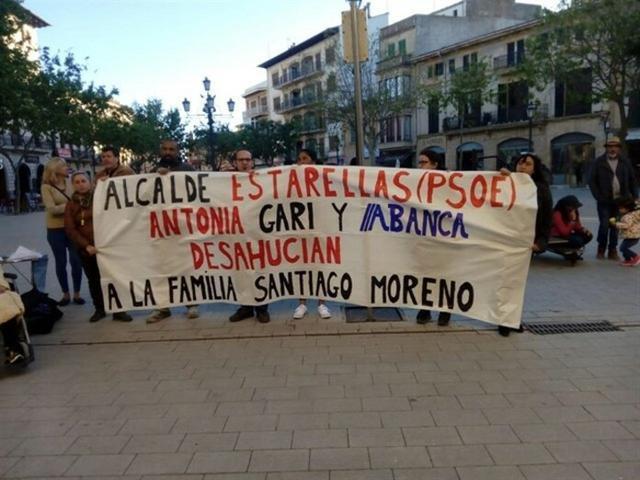 Los activistas, este miércoles frente al Ayuntamiento de Llucmajor