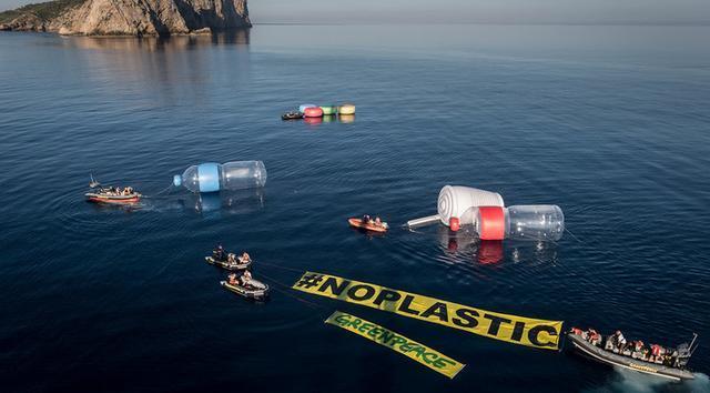 Acción simbólica llevada a cabo por los ecologistas en aguas de Baleares hace dos años (Foto: Greenpeace)