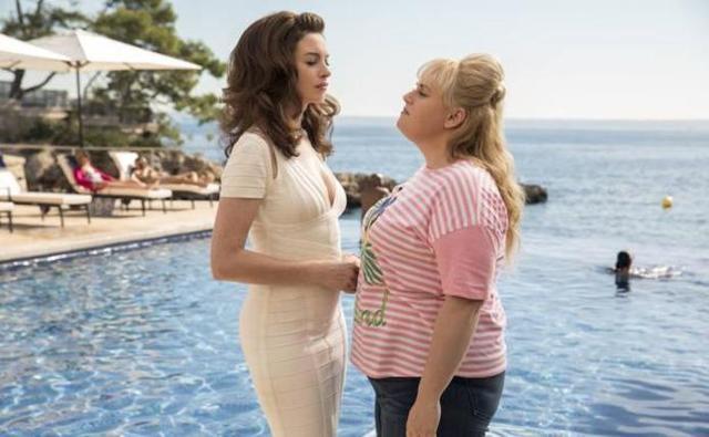 Anne Hathaway y Rebel Wilson, en 'Timadoras compulsivas'