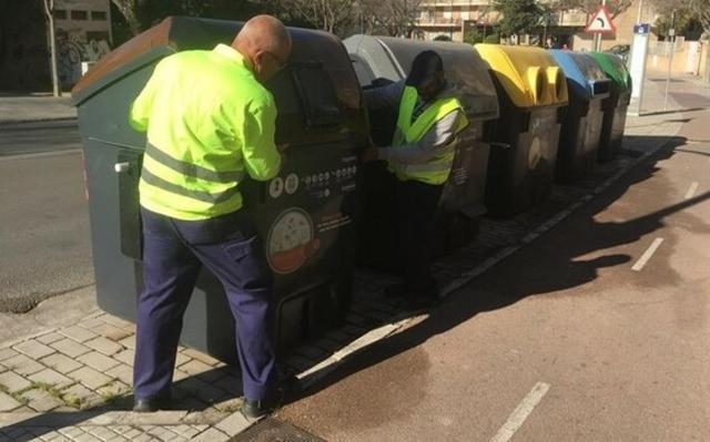 Dos operarios colocando unos contenedores en Palma (Foto: Archivo)