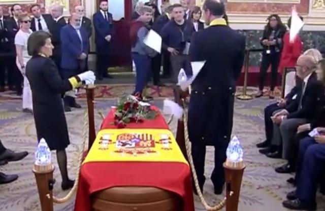 Momento en el que el hombre lanza unos folios ante el féretro de Alfredo Pérez Rubalcaba