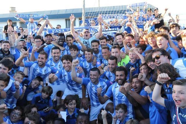 Los jugadores celebran el título junto a su afición (Foto: ATB)