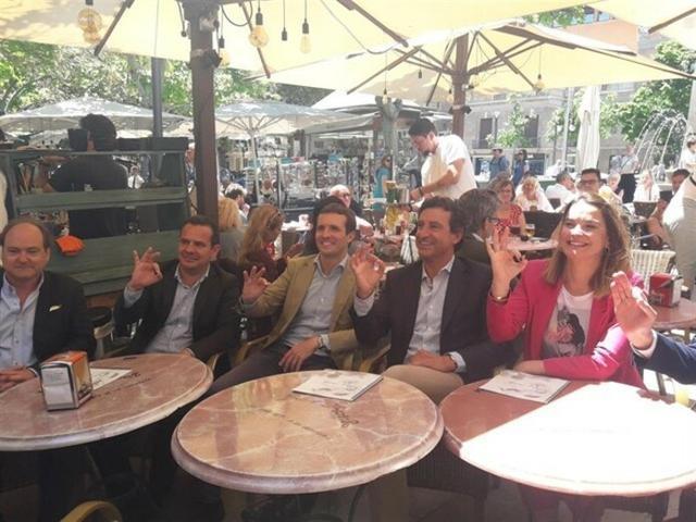 Los populares brindando en las terrazas del Bar Bosch