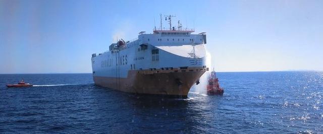 La embarcación está siendo remolcada hacia el Port de Palma (Foto: Salvamento Marítimo)
