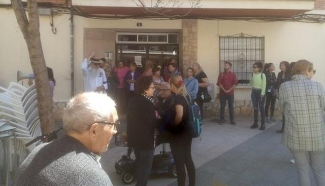 Más de ochenta personas se han movilizado frente a la vivienda de la afectada