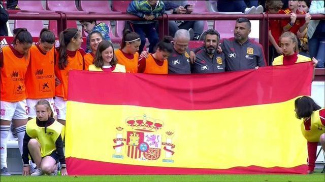 Guijarro, con sus compañeras, mientras sonaba el himno nacional de España (Foto: Twitter)