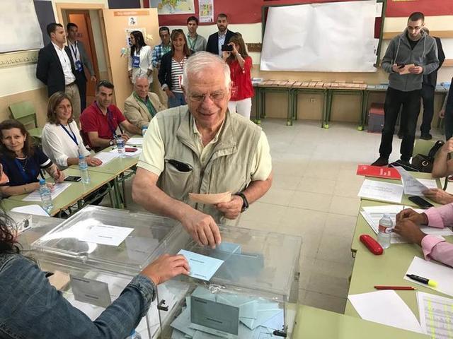 El cabeza de lista del PSOE al Parlamento Europeo, Josep Borrell, ha ejercido su derecho al voto en el Colegio Juan Falcó de Valdemorillo (Foto: Twitter)