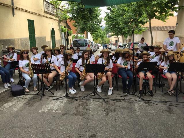 Los alumnos de la Escola Municipal de Música ofrecen un concierto.