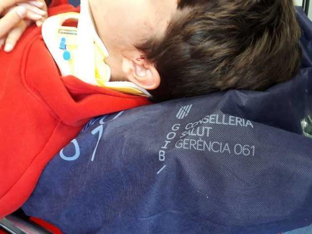 El joven E, tumbado en una camilla antes de ser trasladado a Son Espases