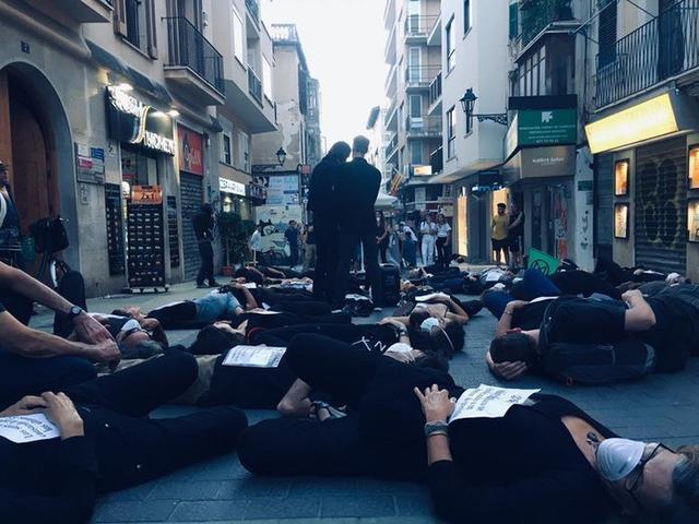 El colectivo, en plena performance (Foto: Twitter)