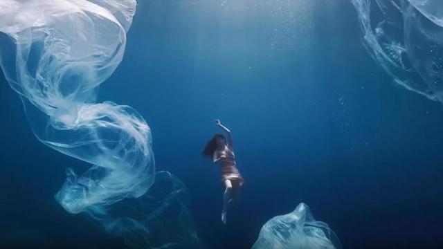 Titulado 'Acto I. Alma', las imágenes muestran a una bailarina danzando en el fondo del mar rodeada por multitud de plásticos